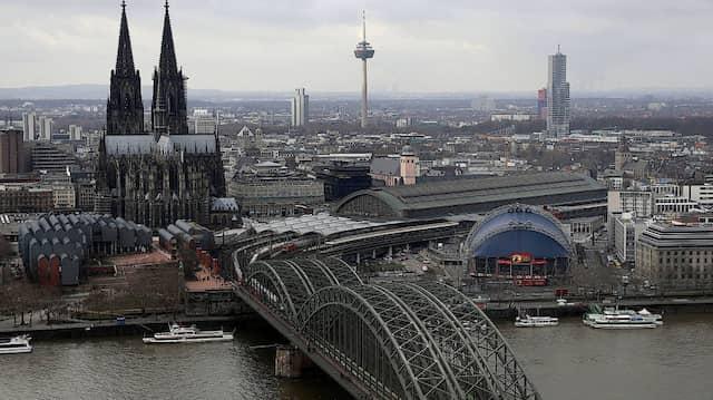 Wegen der Entschärfung einer Weltkriegsbombe fahren am Dienstag zeitweise keine Züge über die Hohenzollernbrücke nahe des Kölner Hauptbahnhofs.