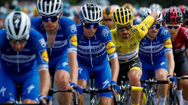 Unter Wölfe: Die Fahrer des Teams Deceuninck-Quickstep um den Gesamtführenden Julian Alaphilippe während der neunten Etappe der Tour der France