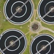 In runden Nachklärbecken setzt sich der Schlamm ab. Das übrige Wasser fließt danach in die neuartige vierte Reinigungsstufe, zumindest beim Pilotprojekt in Weißenburg.