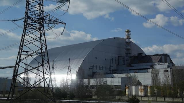 Der explodierte Reaktor des Atomkraftwerkes Tschernobyl ist unter einer Schutz-Abdeckung eingeschlossen.