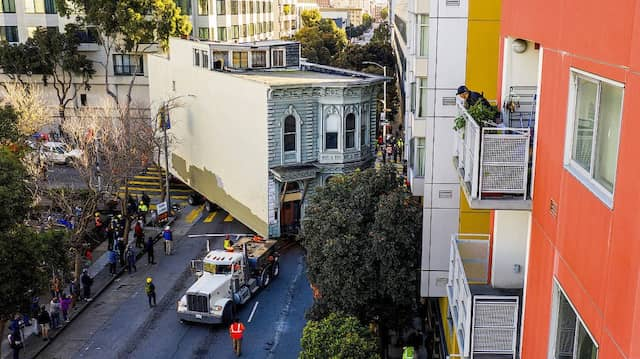 Aufwendiger Umzug: Am Wochenende wurde in San Francisco eine Villa versetzt.