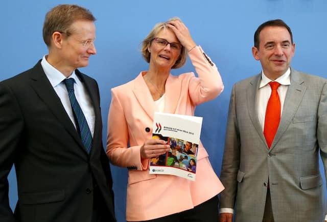 Ludger Schuhknecht, OECD-Vizegeneralsekretär, Bildungsministerin Anja Karliczek (CDU) und der Vorsitzende der Kultusministerkonferenz Alexander Lorz (CDU, v.l.) präsentieren am Dienstag in Berlin den OECD-Bildungsbericht