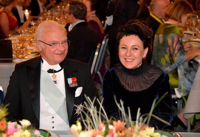 König Carl Gustaf von Schweden und die polnische Autorin und Nobelpreisgewinnerin aus dem Jahr 2018, Olga Tokarczuk.