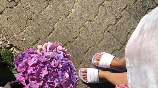 Gibt es inzwischen in allen Farben und Formen: Die Adilette am Fuß unserer Autorin