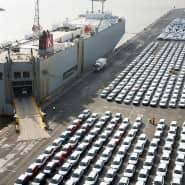 So sieht Warenexport aus: Fahrzeuge des Volkswagen Konzerns stehen im Hafen von Emden zur Verschiffung bereit.