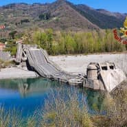 Das von der italienischen Feuerwehr zur Verfügung gestellte Bild zeigt die eingestürzte Brücke über einem Fluss zwischen La Spezia und Massa Carrara.