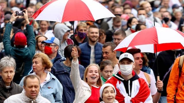 Unterstützen die Opposition in Belarus: Demonstranten am Sonntag in Minsk