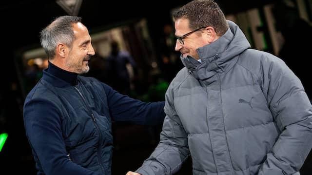 Adi Hütter, hier noch Trainer von Eintracht Frankfurt, begrüßt Gladbachs Sportdirektor Max Eberl bei einem Bundesligaspiel im Oktober 2019