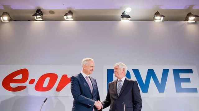 Rolf Martin Schmitz (r), Vorstandsvorsitzender von RWE, und Johannes Teyssen, Vorstandsvorsitzender von E.ON, geben sich bei einer gemeinsamen Pressekonferenz von RWE und E.ON die Hände.