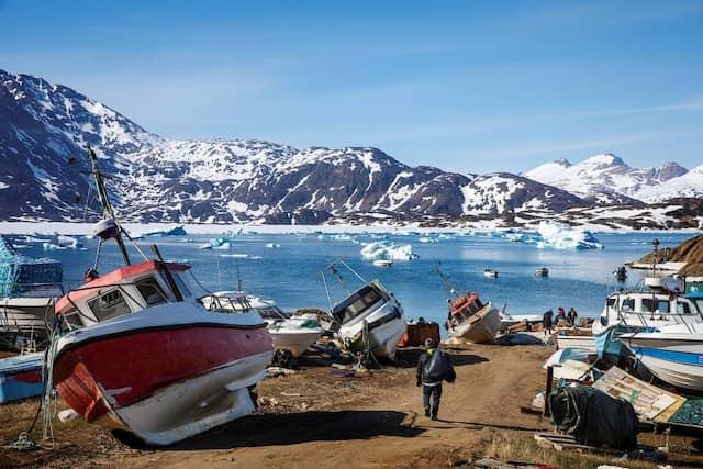 Die Fischfangboote in Tassiilaq liegen verlassen am Ufer. Aber mit dem Klimawandel kommen auch die Makrelen nach Grönland, was die Menschen hoffen lässt.