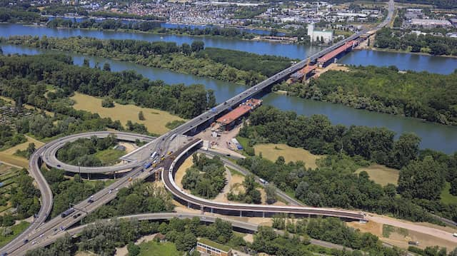 Vor dem Abschluss: Das letzte Teilstück der Schiersteiner Brücke auf der Mainzer Seite (vorne) soll am Donnerstag eingeschwommen werden.