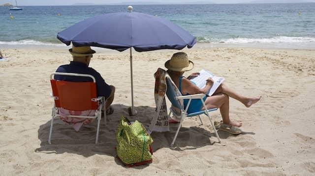 Ein Rentnerehepaar am Strand von Cavaliere