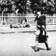 In Zeiten des Massensterbens: Menschen gehen ihrer Wege, am Straßenrand sterben Verhungernde.