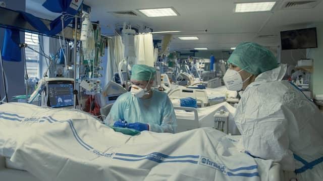 Krankenpfleger behandeln einen Corona-Patienten auf einer Station für Anästhesiologie.