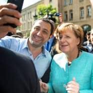 Bundeskanzlerin Angela Merkel lässt sich für ein Selfie zusammen mit einem Flüchtling fotografieren.
