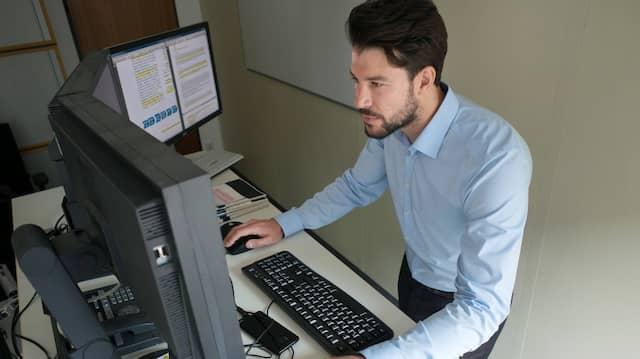 Spannung in den Gliedern wie ein Feldherr: Ein Stehender am Schreibtisch macht auf der Arbeit schon mal Eindruck.