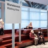 Die Senioren mussten am ersten Öffnungstag des Frankfurter Impfzentrums einiges an Geduld mitbringen.