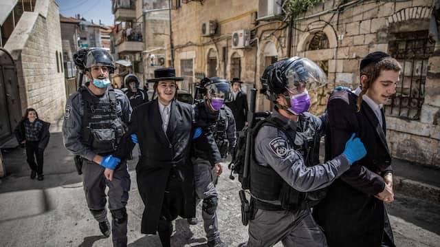 Israelische Polizisten nehmen ultraorthodoxe Juden im Jerusalemer Viertel Mea Shearim fest.