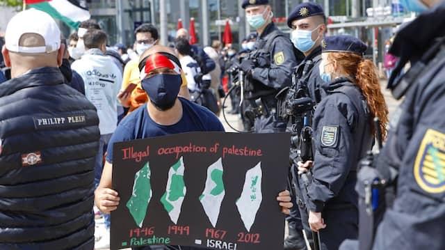 Sachsen, Leipzig: Polizisten stehen am. 15.05.2021 am Rande einer pro-palästinensichen Demonstration.
