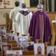 Mehr Gemeinde ist nicht drin: In der Pfarrkirche Achern in Baden-Württemberg findet ein Gottesdienst vor leeren Bänken statt. Gemeindemitglieder hatten ihre Fotos geschickt, die sie vertreten mussten.