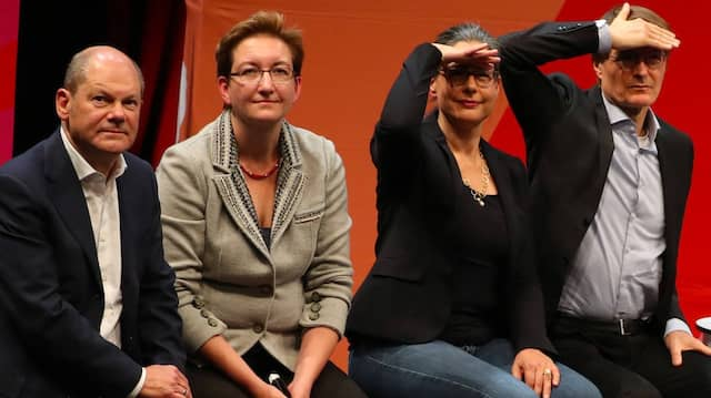 Die Kandidatenpaare Olaf Scholz mit Klara Geywitz und Nina Scheer mit Karl Lauterbach auf der Bühne bei der Regionalkonferenz in Hamburg.