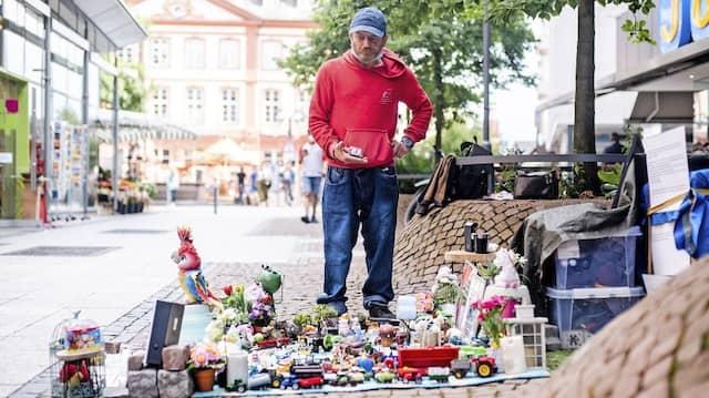 Er will doch nur sein Spielzeug zeigen: Der Obdachlose Reiner Schaad mit seiner Menagerie in der Fußgängerzone der Mainmetropole