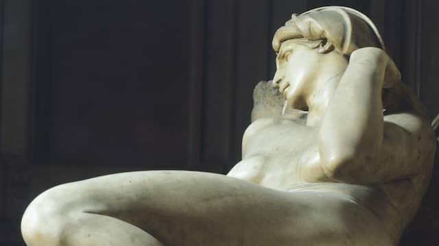 """Die von den Zeitgenossen Michelangelos als überaus erotisch wahrgenommene Figur der """"Morgenröte"""" auf dem Grabmal Lorenzo de'  Medicis in der Neuen Sakristei von San Lorenzo in Florenz"""