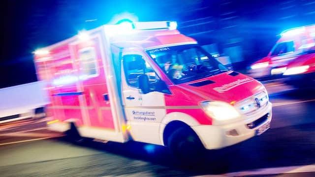 Ein Rettungswagen der Feuerwehr Recklinghausen fährt zu einem Einsatz (Symbolbild)
