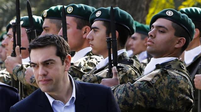 Griechenlands Ministerpräsident Alexis Tsipras ist zu Besuch beim zyprischen Präsidenten Nicos Anastasiades. Man empfängt ihn mit militärischen Ehren.