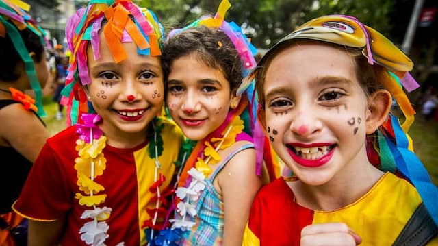Was seid ihr denn? Bunt kostümierte Kinder in Brasilien beim Karneval