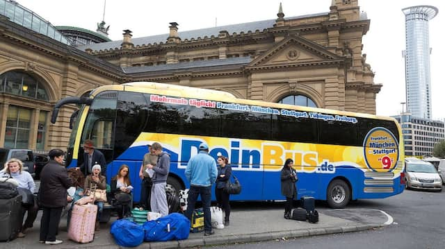 Auf gepackten Koffern: Das Unternehmen Dein Bus betreibt Fernbusse, hat sich aber zuletzt auf Nahverkehr spezialisiert.