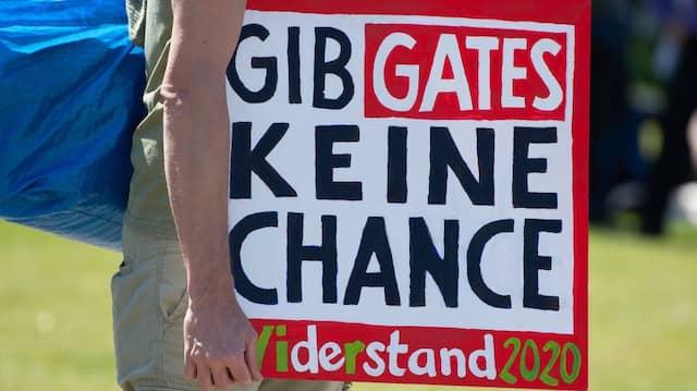 Bill Gates als Strippenzieher auf dem Weg zur Weltherrschaft: Ob dieser Demonstrant ahnt, dass sein naives Denken eine gefährliche Seite hat?