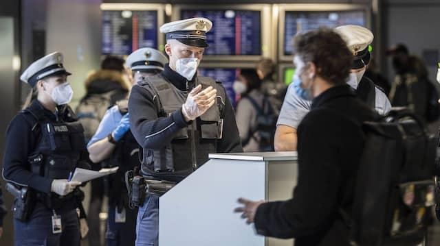 Beamte der Bundespolizei kontrollieren am Flughafen Frankfurt die Passagiere einer aus Prag gelandeten Passagiermaschine.