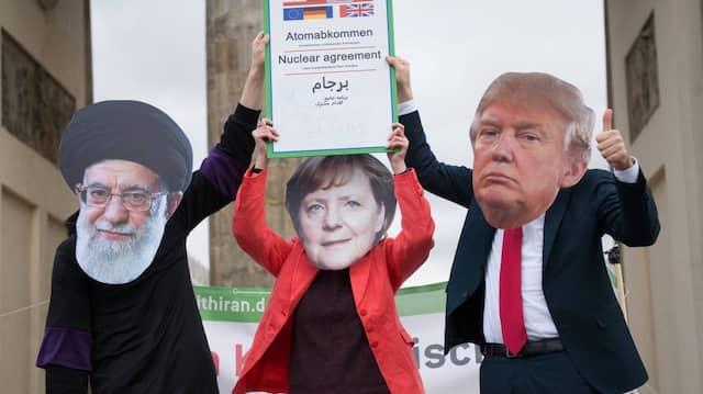 """Wenn es nur so einfach wäre! Straßentheater vor dem Brandenburger Tor mit """"Chamenei"""", """"Merkel"""", """"Trump"""" und dem """"Atomabkommen""""."""