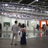 Als die Krise noch in weiter Ferne lag: Besucher betrachten auf der Art Basel 2019 in Hongkong ein Kunstwerk des Südkoreaners Bul.