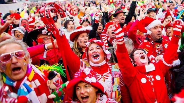 Noch Folklore oder schon Volksbesäufnis? Kölner Jecken beim Karneval.