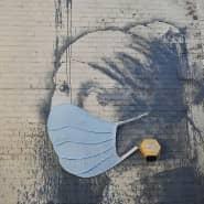 """Auch Bankysy """"Mädchen mit dem Perlenohrring"""" in Bristol hat eine Maske bekommen."""