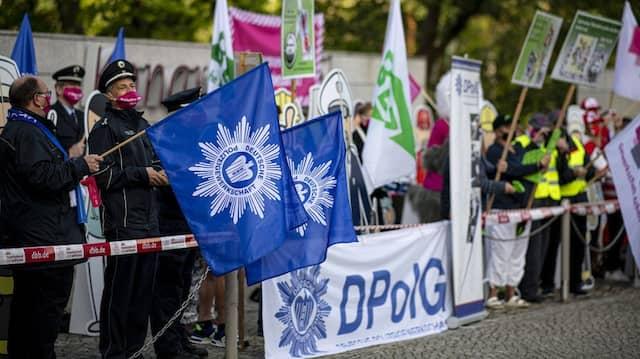 Verschiedene Gewerkschaften demonstrieren vor Beginn der zweiten Verhandlungsrunde am Wochenende in Potsdam.