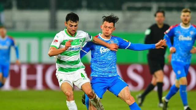 Fürths Maximilian Bauer (links) und Kiels Fabian Reese kämpfen um den Ball.