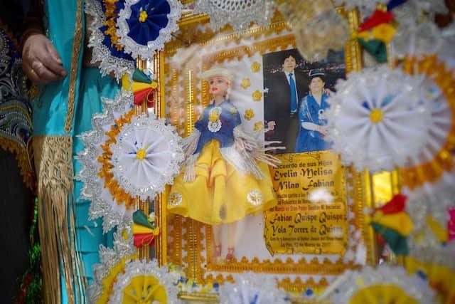 Auch eine Barbie im Cholita-Kostüm wird zum Preste-Fest verschenkt.
