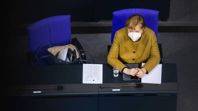 """Angela Merkel im Bundestag bei der Debatte """"Epidemische Lage von nationaler Tragweite"""", einen Tag nach dem Bund-Länder-Gipfel"""