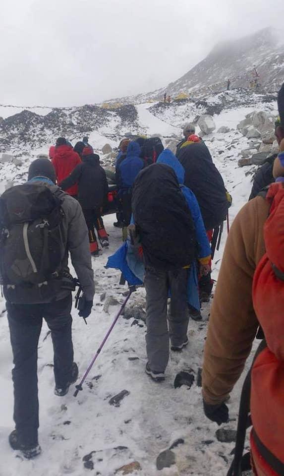 Bergsteiger tragen einen Verletzten am Mount Everest. Nach dem Erdbeben in Nepal ist eine Lawine über das Basislager gerollt.