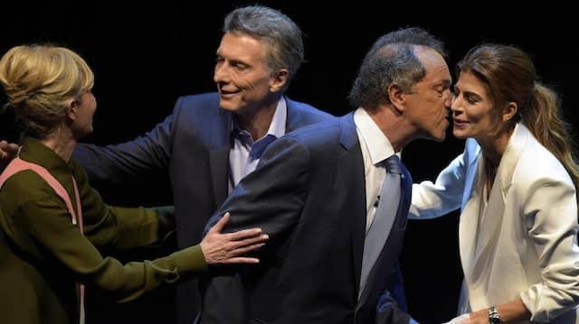 Überkreuz: Mauricio Macri und Daniel Scioli begrüßen vor einer Fernsehdebatte die Ehefrau des jeweils anderen.
