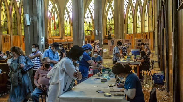 In Chiles Stadt Osorno warten ältere Bürger in einer Kathedrale auf eine Impfung gegen das Coronavirus.