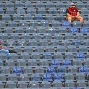 Reichlich Abstand: Frankfurt Fans verteilen sich vor dem Spiel über die Tribüne.