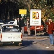 Lübecker begrüßen am 11. November 1989 Besucher aus der DDR in Lübeck-Schlutup.