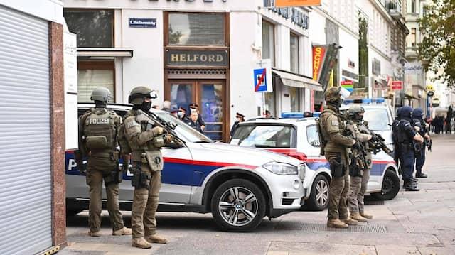 Am Tag nach dem Anschlag: Einsatzkräfte am 3. November im Bereich des Tatorts in Wien