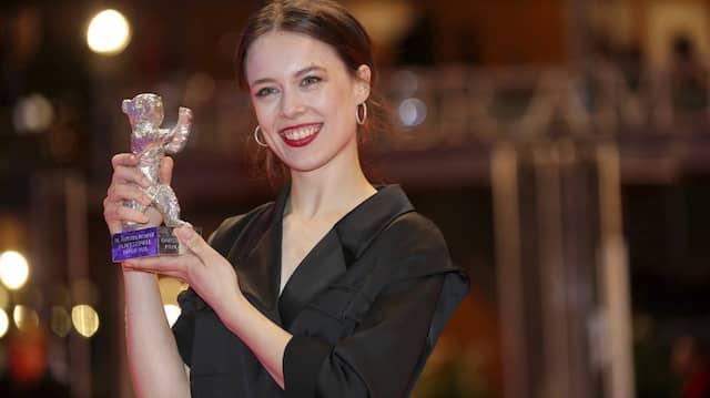 """""""Stolz wie Oskar"""" präsentiert die Schauspielerin Paula Beer ihren silbernen Bären."""