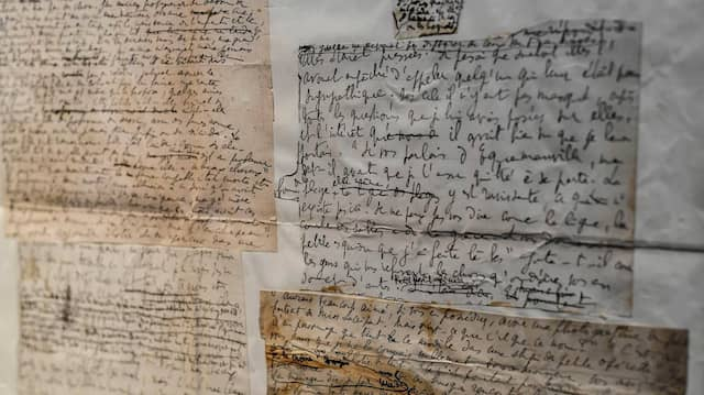 Briefe und Dokumente des französischen Autors Marcel Proust bei einer Auktion in Paris.