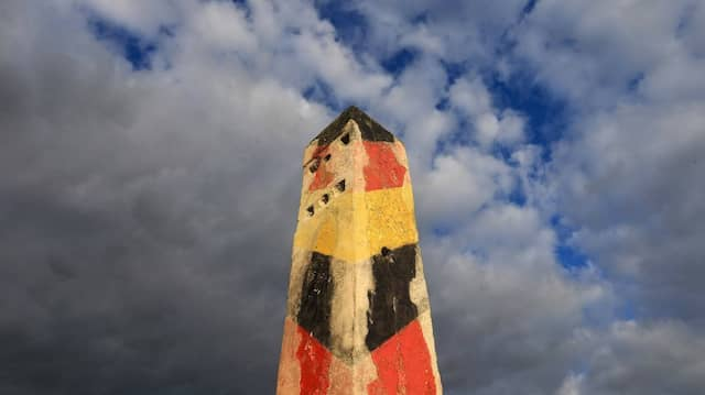 Ein Grenzpfosten der DDR steht auf dem Gelände des Grenzdenkmals in Hötensleben, Sachsen-Anhalt.